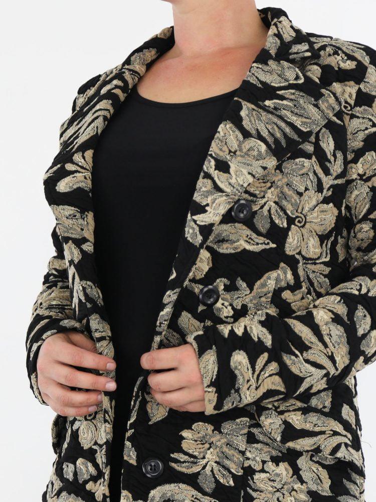 zwart-gekleurde-jas-met-beige-bloemen-print-van-angelle-milan