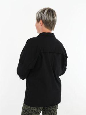 zwart-gekleurde-stretch-jack-met-gerafelde-borstzakken