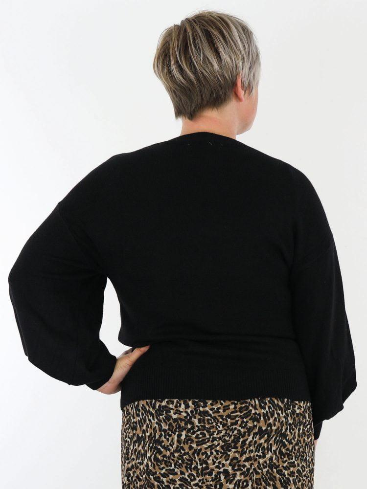 zwart-gekleurde-trui-egaal-met-ballon-mouwen