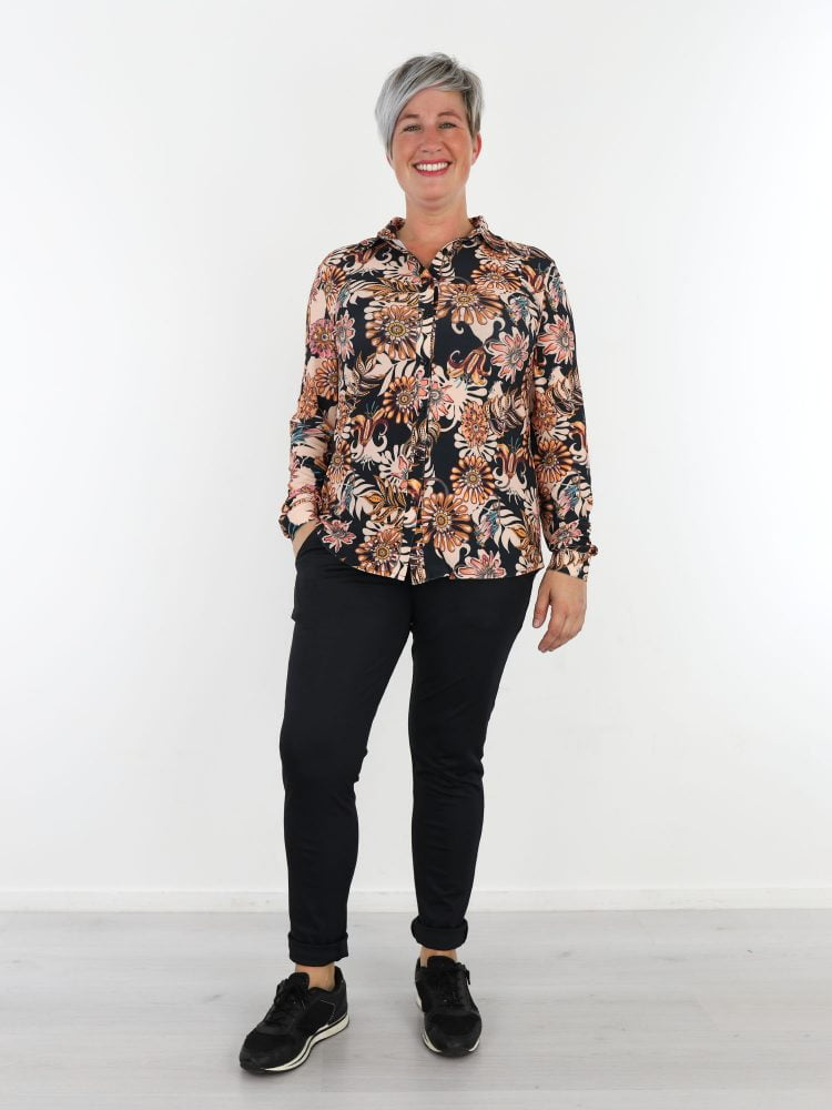 zwarte-travelstof-blouse-met-roze-beige-bloemenprint-van-angelle-milan