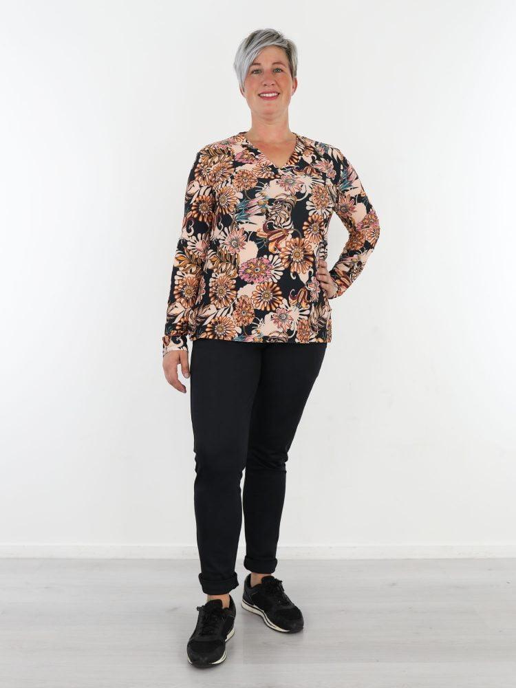 zwarte-travelstof-top-met-lange-mouwen-in-zwart-met-roze-beige-bloemenprint-van-angelle-milan
