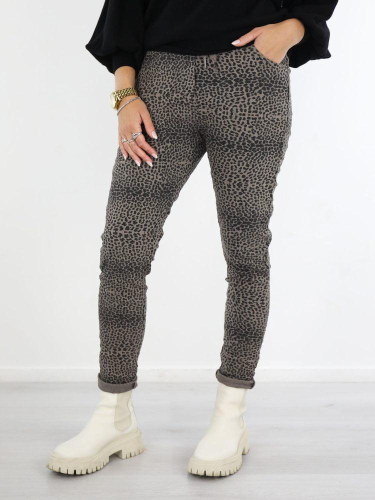 Broek-in-taupe-met-een-zwart-gekleurde-leopard-print