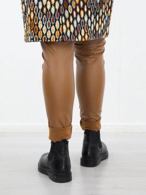 Legging-van-pu-materiaal-in-een-bruine-kleur