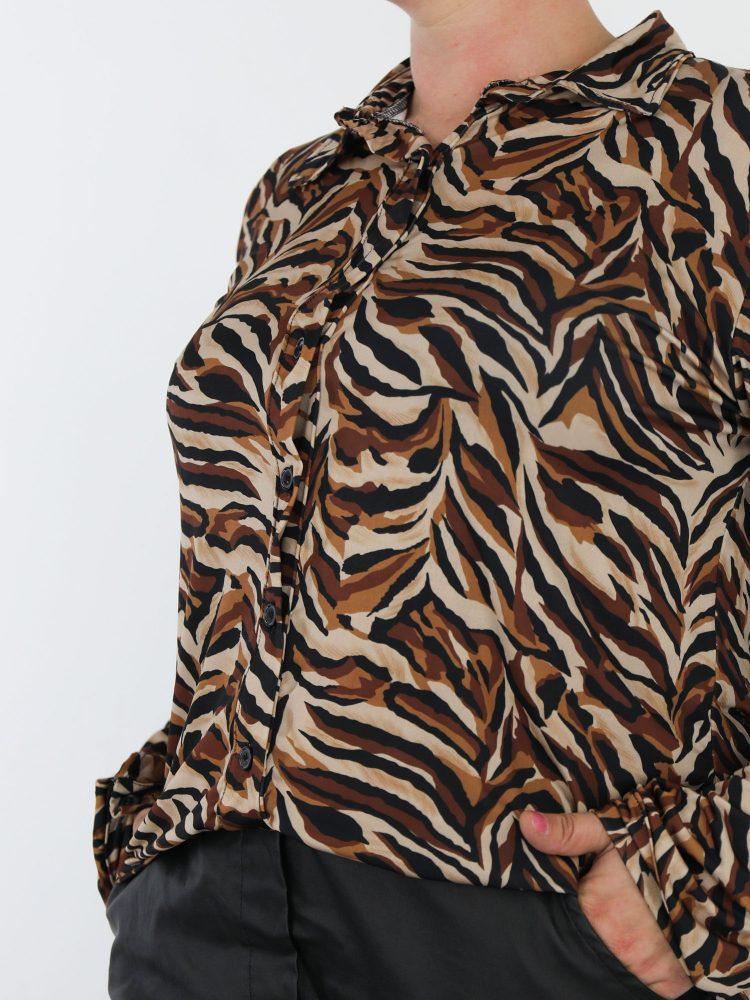 abstracte-blouse-van-travelstof-in-de-kleuren-zwart-bruin-en-beige