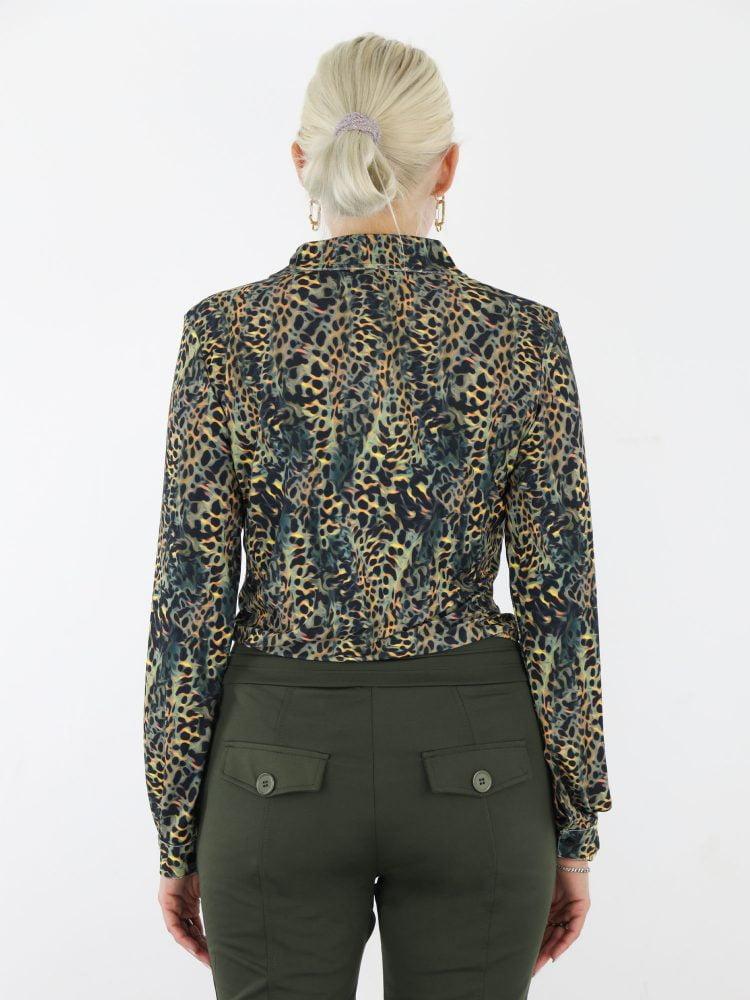 angelle-milan-travel-blouse-in-een-zwarte-kleur-met-groen-bruine-luipaard