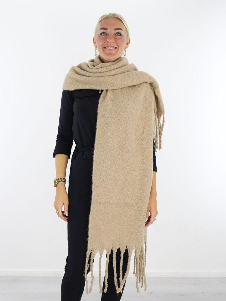 basic-beige-gekleurde-sjaal-met-franjes