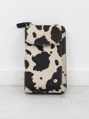beige-bruine-telefoontas-met-koeienprint