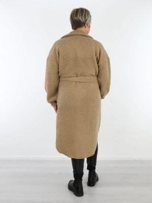 beige-kleurige-teddy-tussenjas-met-koord-en-knoopsluiting