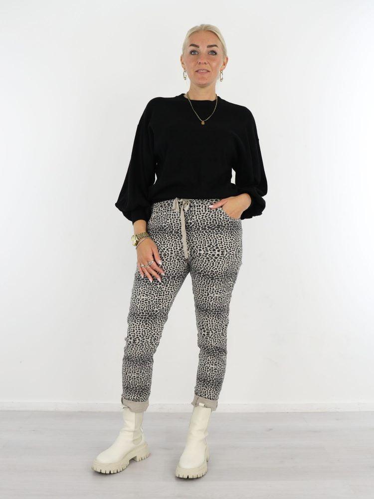 beige-zwarte-broek-met-leopardprint