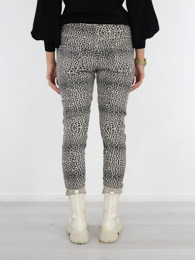 broek-met-leopard-print-in-een-beige-kleur-met-zwart