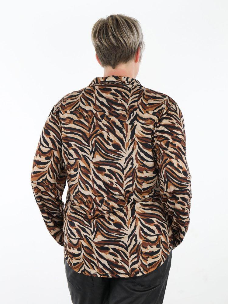 bruin-gekleurde-travelstof-blouse-met-zwart-en-beige-abstracte-print
