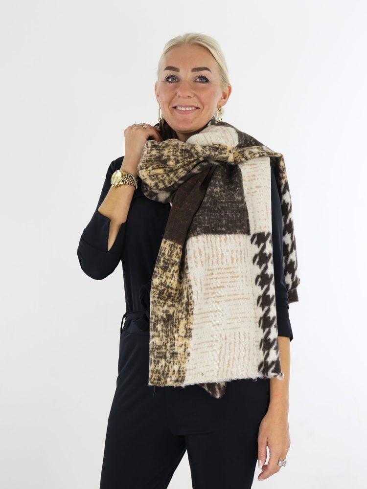 bruin-met-taupe-gekleurde-sjaal-met-pied-de-poul-print