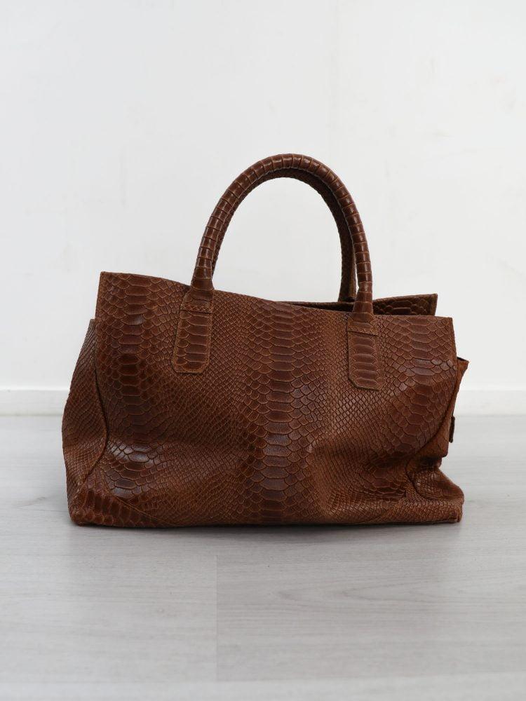 bruine-leren-handtas-met-reptielen-textuur
