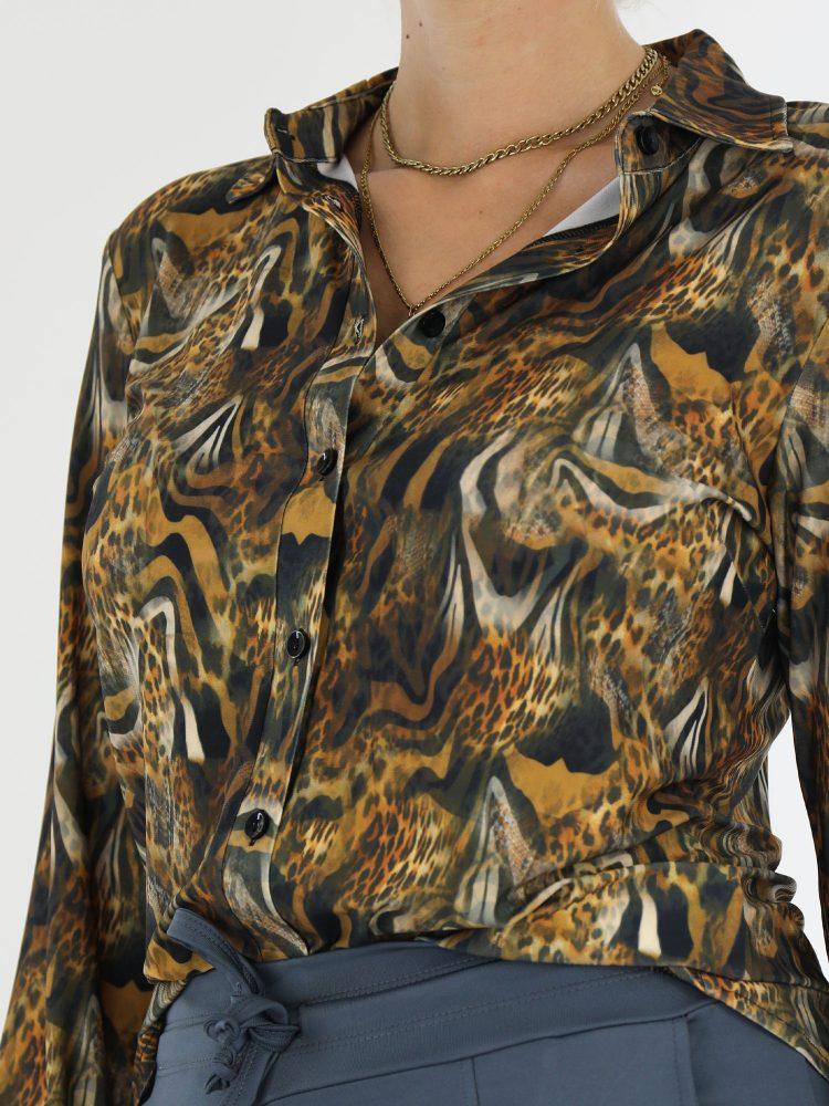 dieren-blouse-van-travelstof-in-een-okergele-en-antraciete-kleur-van-angelle-milan