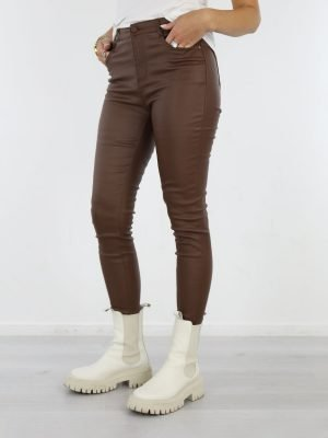 egale-PU-broek-uitgevoerd-in-een-chocolade-bruine-kleur