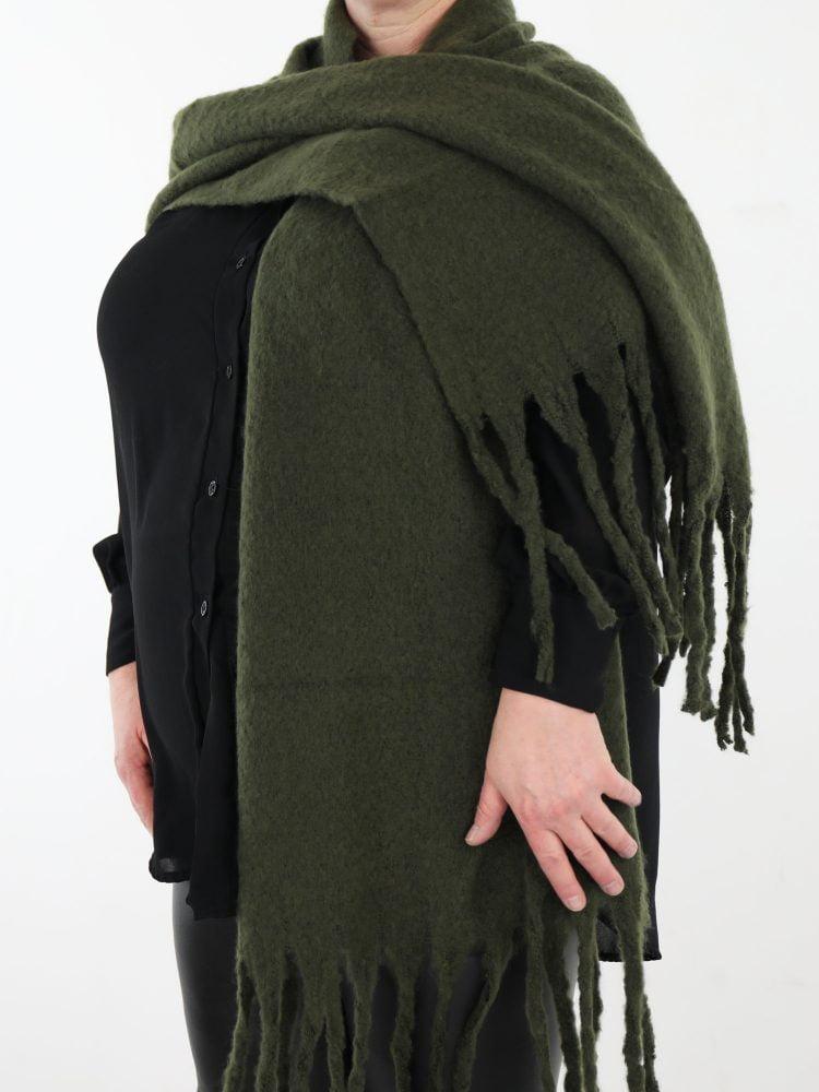 franje-sjaal-in-een-egale-groene-kleur