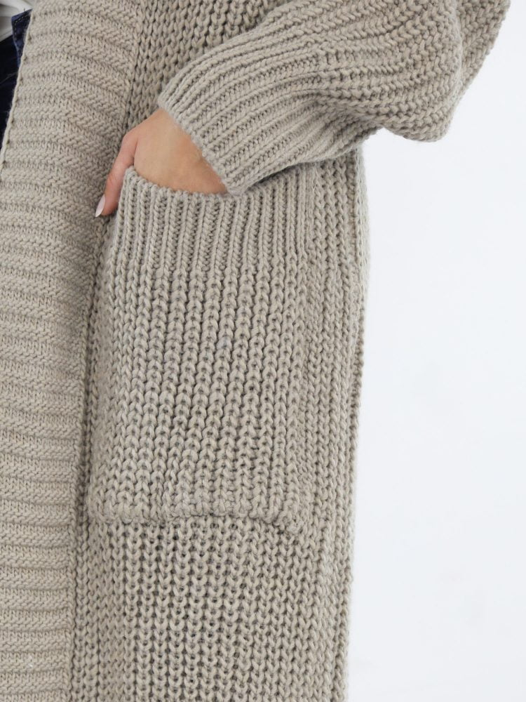 gehaakt-vest-lang-model-in-een-khaki-kleur-met-kraag-en-zakken