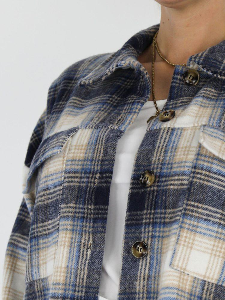 geruite-blouse-in-beige-en-blauwe-kleuren-met-borstzakken