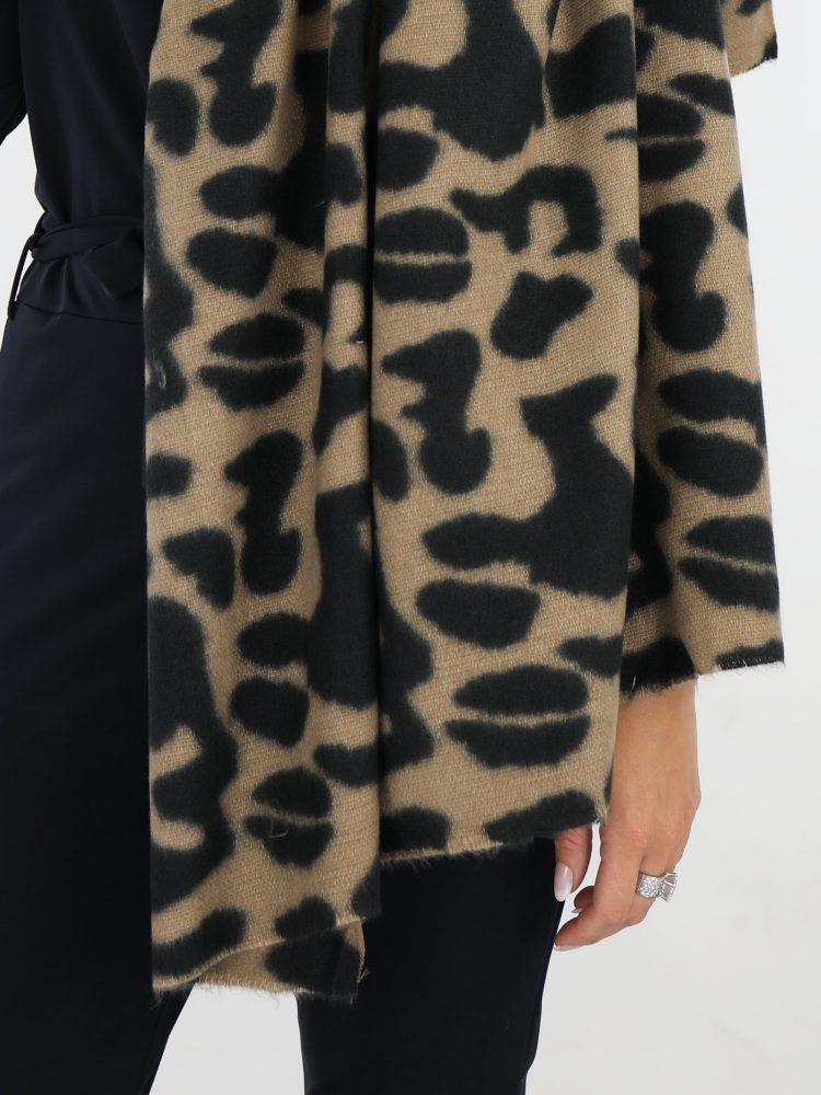 gevlekte-sjaal-in-beige-en-zwarte-kleuren