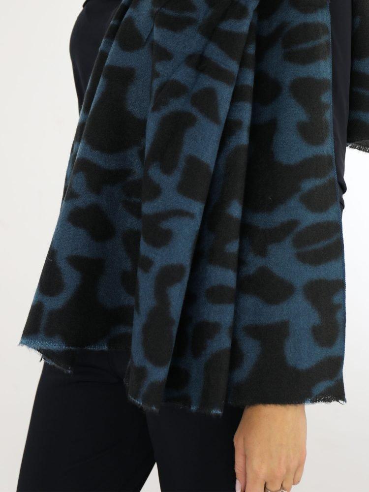 gevlekte-sjaal-in-petrol-en-zwarte-kleuren