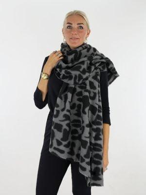 grijs-zwarte-sjaal-met-gevlekte-print