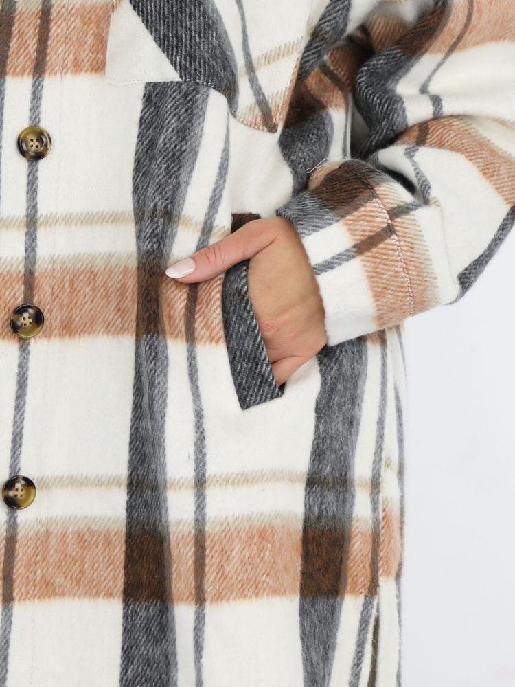 hippe-geruite-blouse-in-roomwit-camel-en-zwart-accenten