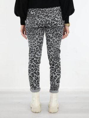 hippe-leopard-broek-in-een-grijze-kleur-met-zwarte-print