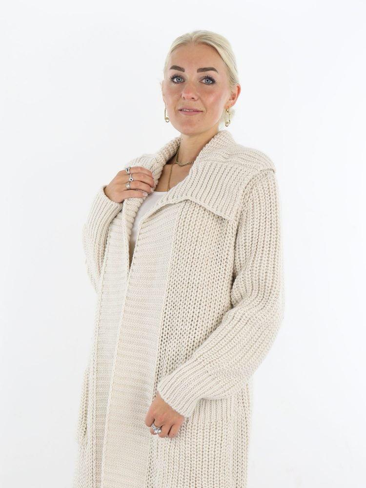 lang-vest-in-een-off-white-kleur-met-brede-kraag-en-zakken