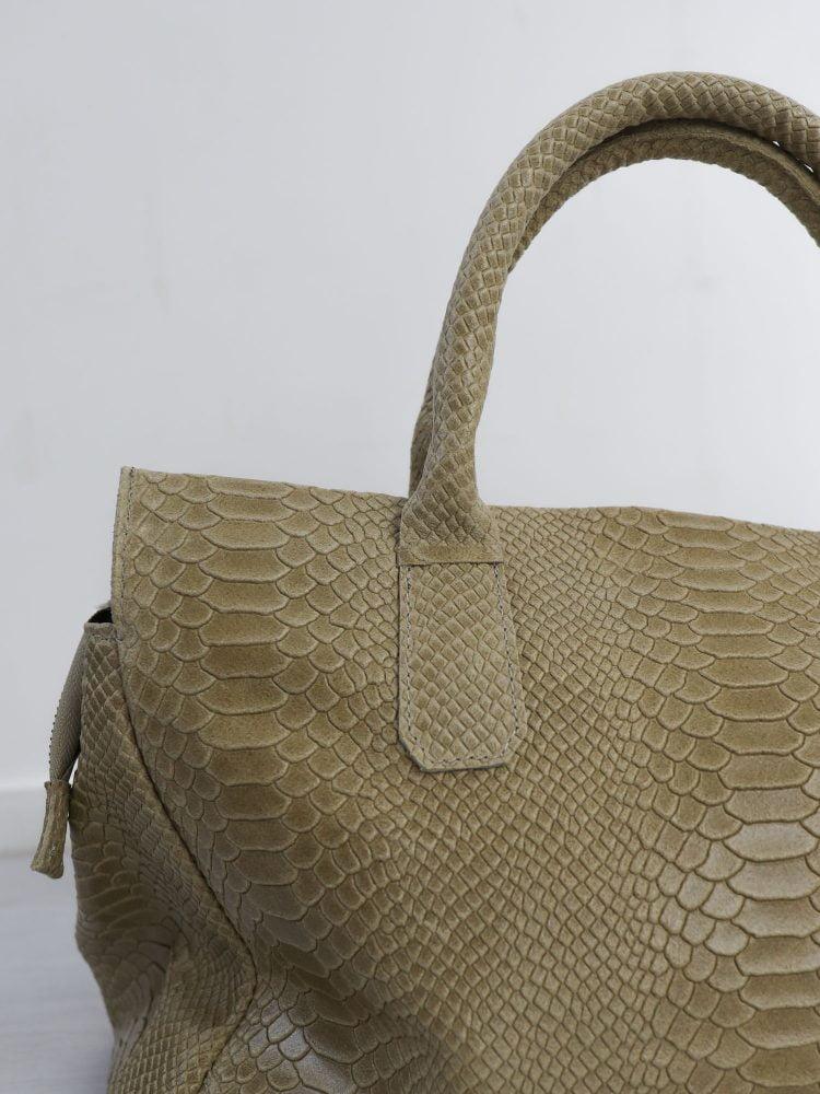 lederen-hand-tas-in-een-beige-kleur