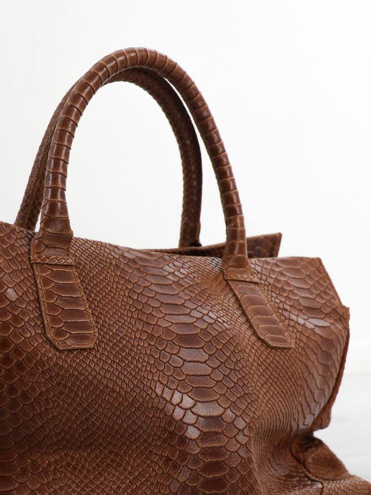 lederen-handtas-in-een-bruine-kleur