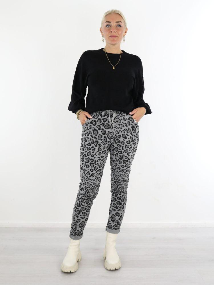 luipaard-broek-in-een-grijze-kleur-met-zwarte-print
