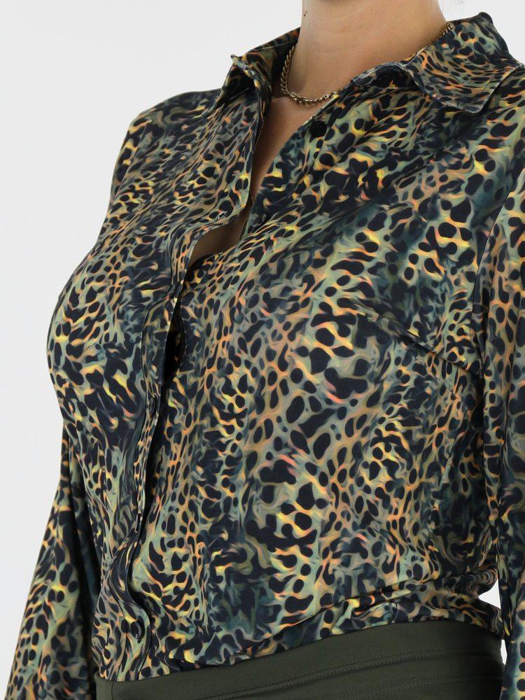 luipaard-travelblouse-van-angelle-milan-in-zwart-met-groen-en-bruin