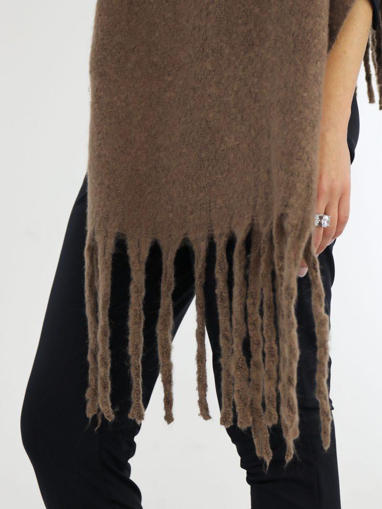 met-franjes-uitgevoerde-sjaal-in-een-basic-taupe-kleur