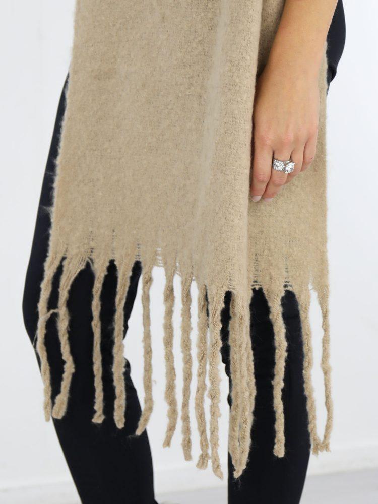met-franjes-uitgevoerde-sjaal-in-een-beige-kleur