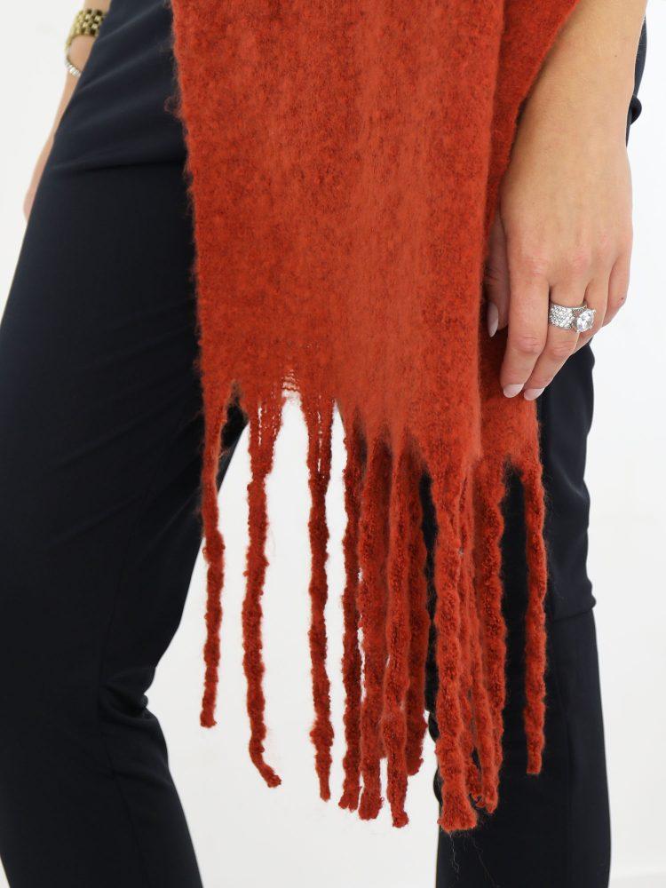 met-franjes-uitgevoerde-sjaal-in-een-brique-kleur