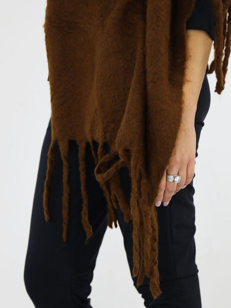 met-franjes-uitgevoerde-sjaal-in-een-egale-camel-kleur