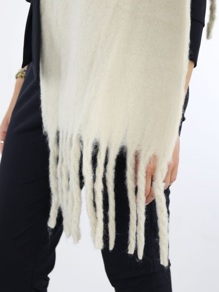 met-franjes-uitgevoerde-sjaal-met-in-ecru