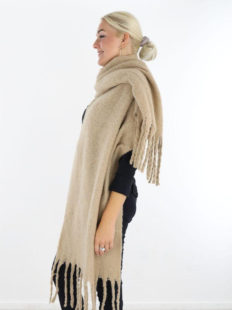 mooie-egale-sjaal-in-een-beige-kleur-met-franjes