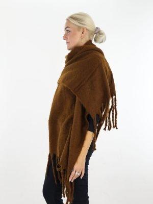 mooie-egale-sjaal-in-een-camel-kleur-met-franjes