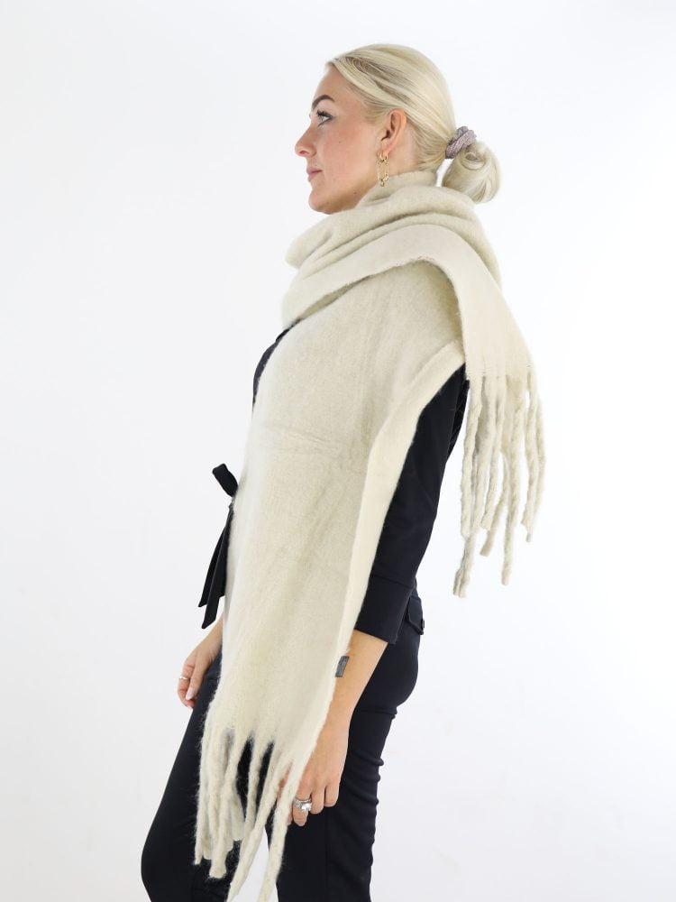 mooie-egale-sjaal-in-een-ecru-kleur-met-franjes