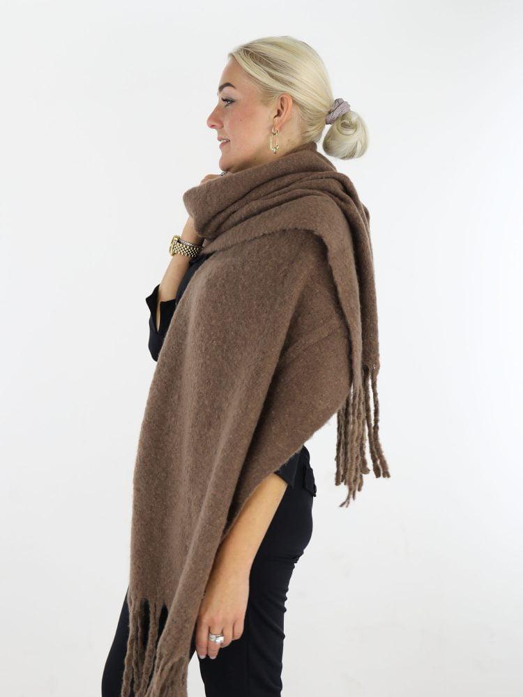 mooie-egale-sjaal-in-een-taupe-kleur-met-franjes