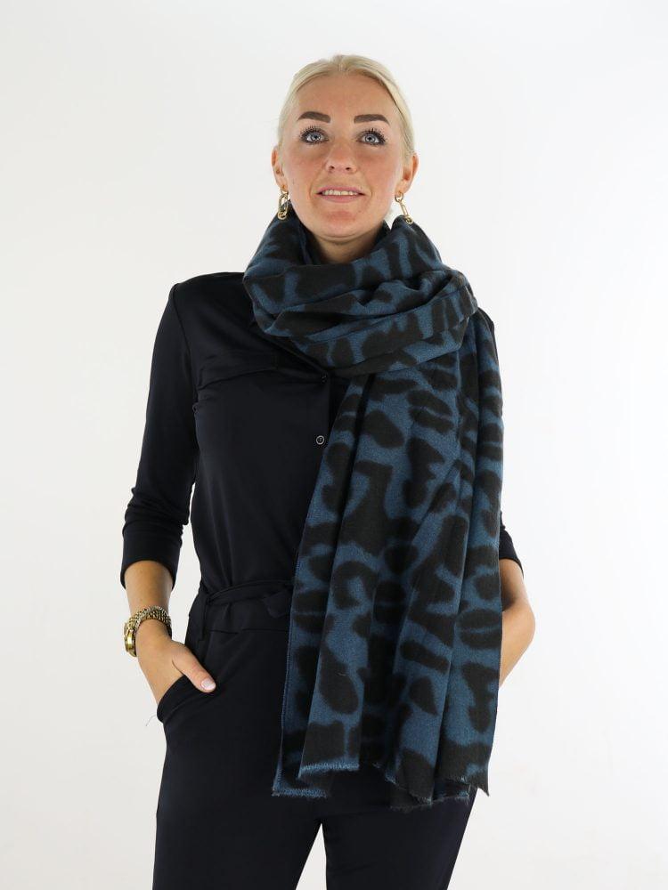 petrol-zwarte-sjaal-met-gevlekte-print
