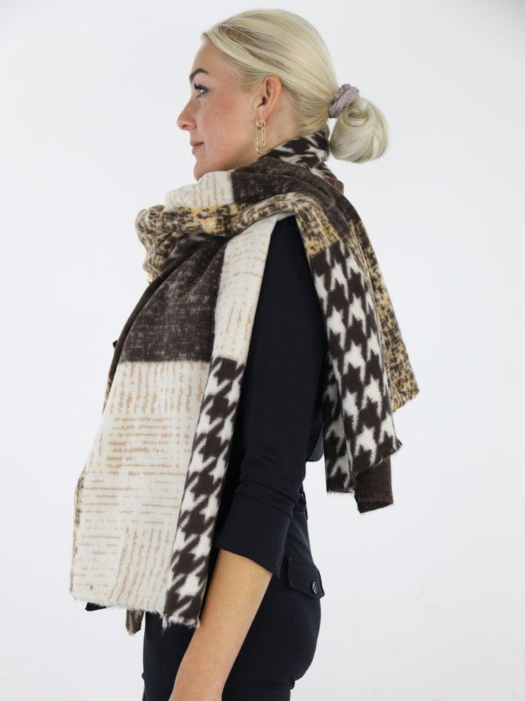 pied-de-poul-sjaal-in-taupe-en-bruine-kleur-met-beige-accenten