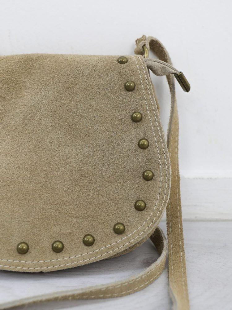 schoudertasje-van-suede-in-een-beige-kleur-met-gouden-studs