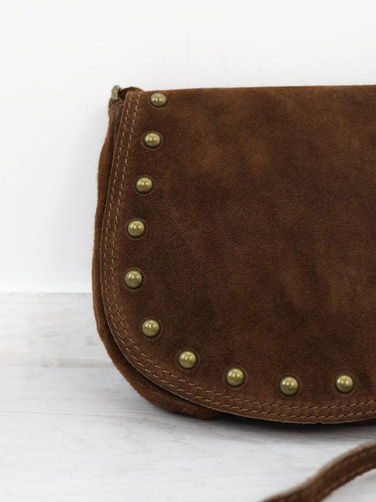 schoudertasje-van-suede-in-een-bruine-kleur-uitgevoerd-met-studs