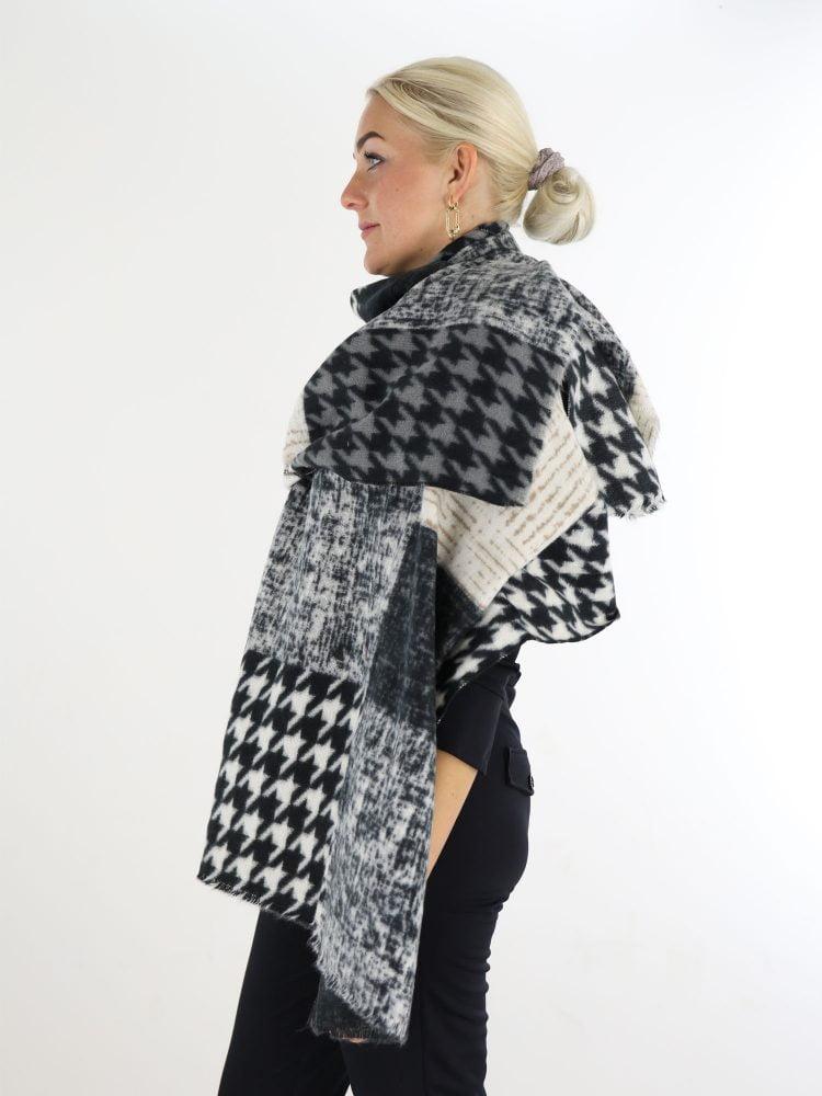 sjaal-in-beige-en-zwarte-kleuren-met-pied-de-poul-print