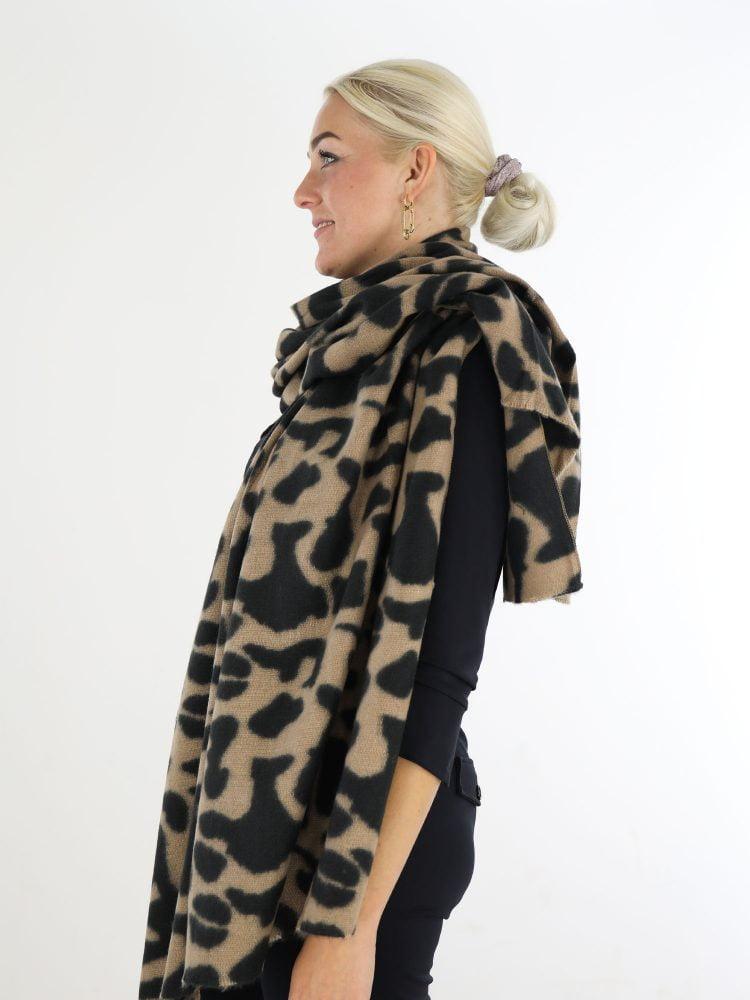 sjaal-met-beige-zwarte-vlekkenprint