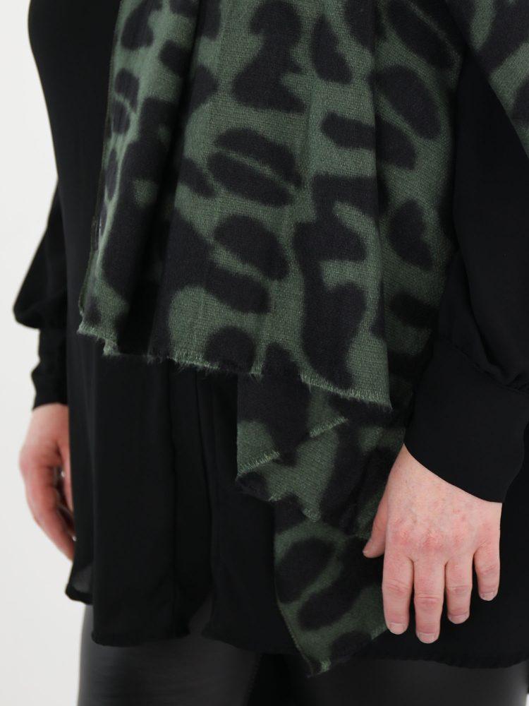 sjaal-met-gevlekte-print-in-een-groen-en-zwarte-kleur