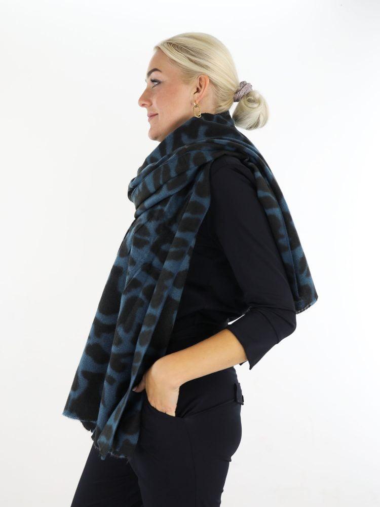 sjaal-met-petrol-en-zwart-gekleurde-vlekkenprint