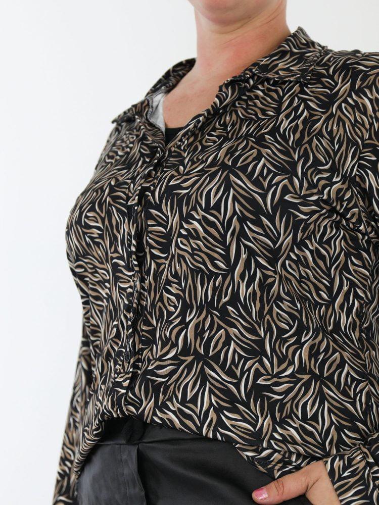 speelse-blouse-van-travelstof-in-zwart-met-taupe-en-roomwit-gekleurde-print